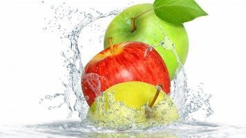 apple-splashing-water