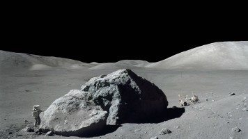 A-large-piece-of-meteorite-on-the-moon